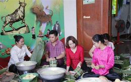 Người Việt tại Lào giúp nhau vượt qua nỗi nhớ quê hương, cùng hướng về Tổ quốc