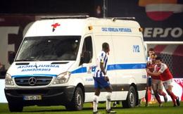 """Hậu vệ chấn thương kinh hoàng, xe cứu thương bỗng nằm ì ra sân và màn """"hò dô ta"""" bi hài"""