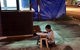 Ngồi học trên vỉa hè dưới ánh điện leo lét, cậu bé nghèo khổ không ngờ nhờ bức ảnh vô tình chụp lại đã khiến cuộc đời em rẽ sang hướng khác