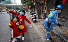 """Hình ảnh """"gây sốt"""" MXH mùng 1 Tết: 2 bé gái mặc áo dài theo mẹ đi làm trên mọi nẻo đường"""