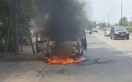 Xe tải đang chạy bốc cháy, tài xế tháo chạy thoát thân