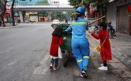 Xúc động ảnh 2 bé xúng xính áo dài theo mẹ làm lao công sáng mùng 1 Tết: Chia sẻ từ người mẹ