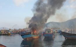 Lửa bốc cháy ngùn ngụt, 3 tàu cá ngư dân bị thiêu rụi ngày mồng 3 Tết