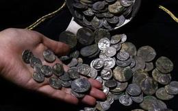 Binh nhì may mắn tìm thấy đồng xu nghìn năm khi tập trận