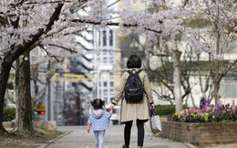 """Phụ huynh Nhật Bản """"rối não"""" không biết gửi con đi nhà trẻ hay ở nhà chống dịch"""