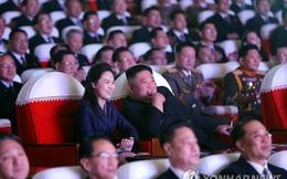 """Phu nhân Triều Tiên rạng rỡ cùng chồng đi xem biểu diễn sau hơn 1 năm """"mất tích"""": Tình báo Hàn nêu lý do"""