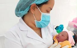 Bé sơ sinh bị bỏ rơi trong túi nilon đặt trước cửa nhà dân