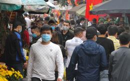 """Người dân chen nhau đi lễ đền ông Hoàng Mười đầu năm, nhiều người """"quên"""" đeo khẩu trang"""