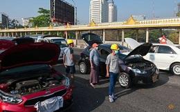 """Đảo chính Myanmar: Tại sao nhiều xe ô tô của người biểu tình đồng loạt """"hỏng"""" trên đường?"""