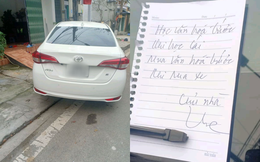 """Bị xe đỗ chắn cửa, chủ nhà viết lời nhắn """"cực gắt"""" nhưng nhìn hiện trường dân mạng lại nghĩ khác"""