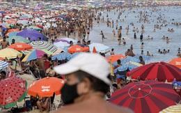 24h qua ảnh: Người dân giải nhiệt đông nghịt trên bãi biển ở Brazil
