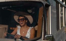 """Đam mê """"dịch chuyển"""", cô gái trẻ mua xe cổ về tự sửa thành nhà di động và lái xe chu du khắp nước Mỹ"""