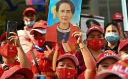 Thái Lan: Phẫn nộ vì bà Aung San Suu Kyi bị bắt giữ, nhiều người Myanmar kéo đến trước ĐSQ biểu tình