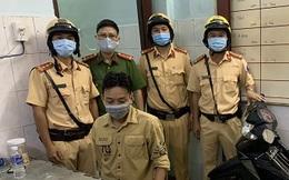 CSGT ở Sài Gòn phát hiện, bắt giữ thanh niên 9X say xỉn, nghi tàng trữ ma túy