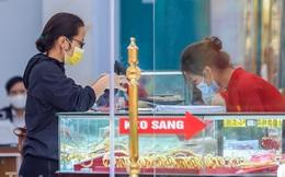 Cửa hàng vàng tạo lối vách ngăn giãn cách chuẩn bị đón Thần Tài