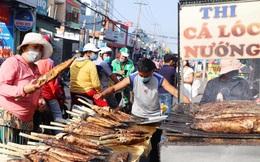 """Phố cá lóc nướng đông nghẹt ngày vía Thần tài, nhiều gia đình """"hốt bạc"""" khi bán sạch 2.000 con trong một buổi sáng"""