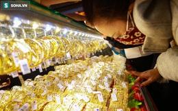 [ẢNH] Bán vàng không kịp nghỉ tay, người mua đứng 'chặt như nêm' sắm trang sức ngày vía Thần Tài