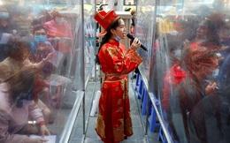 24h qua ảnh: Nhân viên mời khách mua vàng ngày vía Thần tài ở Hà Nội