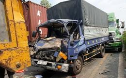 Giải cứu tài xế mắc kẹt nguy kịch trong cabin sau tai nạn liên hoàn
