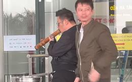 Quang Lê bắt gặp Bằng Kiều hút thuốc lào ngoài sân bay, fan xin chụp hình vẫn cố hút nốt