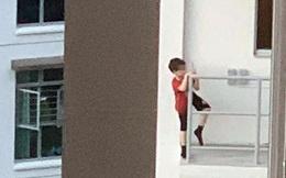"""""""Thót tim"""" hình ảnh bé trai 7 tuổi trèo ra ban công tầng 11 vì một thứ phổ biến, cha mẹ nào cũng cho con làm"""