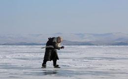 24h qua ảnh: Cụ bà 79 tuổi chơi trượt băng trên hồ lớn nhất thế giới
