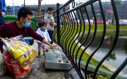 Ảnh: Độc đáo cách thả cá chép tiễn ông Công, ông Táo về trời bằng máng trượt ở Hà Nội
