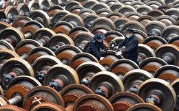 24h qua ảnh: Công nhân bảo dưỡng bánh tàu hỏa ở Trung Quốc