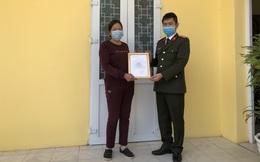 Quảng Ninh: Công an thưởng tiền một phụ nữ phát hiện và tố giác 2 người nhập cảnh trái phép
