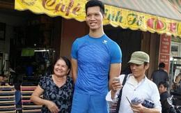 """Cuộc sống khó khăn của người khổng lồ cao 2,2 mét được Việt Hương gọi là """"con trai"""""""