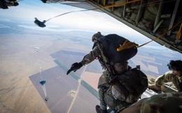 Đặc nhiệm Mỹ và Anh đâm vào nhau khi nhảy dù từ độ cao 5.400 mét ở nơi có khủng bố IS