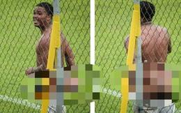 Bị phân biệt chủng tộc, cầu thủ... tụt quần đáp trả rồi nhận cái kết đắng ngắt