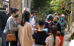 Bố mẹ và vợ cũ phát gạo, tiền tại mộ Vân Quang Long, người dân ngồi la liệt