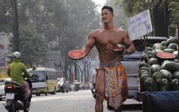 Nhóm người nước ngoài rôm rả hẳn khi thấy anh bán dưa 6 múi trên lề phố Sài Gòn, rủ nhau sang Việt Nam như thật!