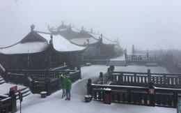 Tuyết bất ngờ rơi phủ trắng đỉnh Fansipan ngày cuối năm