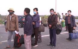 Người dân vạ vật bắt xetrên cao tốc để rời Quảng Ninh