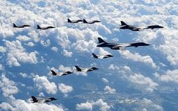 """Dàn siêu oanh tạc cơ B-1 cùng binh lực Mỹ đổ bộ sát sườn Nga: Ông Biden """"nắn gân"""" trực diện ông Putin"""