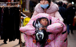 24h qua ảnh: Người mẹ chở con đi trong thời tiết giá lạnh ở TQ