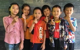 2 nam sinh người Nùng địu em đến lớp: Nhà nghèo, dậy từ 4h sáng vượt đèo đi bộ đến trường nhưng học lực giỏi, chăm học