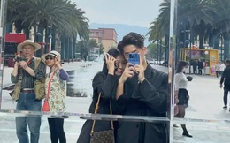 Bức ảnh hai ông bà đi du lịch và quay vlog gây sốt, một hành động nhỏ của cụ ông đặc biệt cảm động!