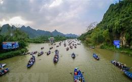 Du khách phải quét mã QR khi dự lễ hội Chùa Hương