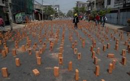 24h qua ảnh: Người biểu tình xếp gạch trên đường phố ở Myanmar