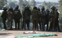 24h qua ảnh: Bé gái ngã trước cảnh sát chống biểu tình ở Chile