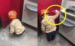 Cậu bé cặm cụi nhặt đồ ở cây rút tiền ATM, nghe câu nói sau đó mới khiến người ta phải xấu hổ