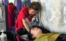 Người phụ nữ Việt mất tay vẫn thành thợ cắt tóc lên báo nước ngoài