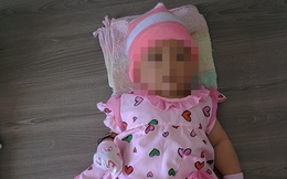 Camera an ninh ghi lại cảnh một phụ nữ bịt kín mặt bỏ lại bé gái rồi vội vã đi ngay
