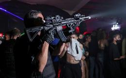 Cảnh sát dùng rìu phá cửa, đột kích hộp đêm có 600 người chen nhau nhảy múa