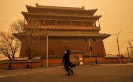 24h qua ảnh: Bầu trời chuyển màu lạ do bão cát ở Trung Quốc