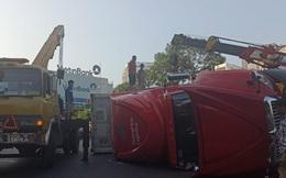 Xe container lật chắn ngang đường, tài xế may mắn thoát nạn