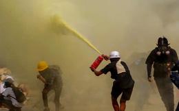 24h qua ảnh: Người biểu tình Myanmar dùng bình chữa cháy chống cảnh sát